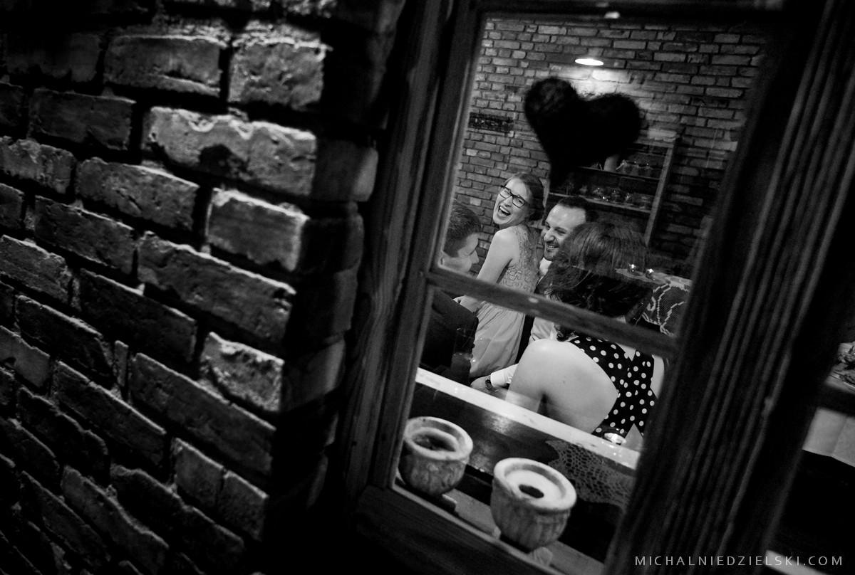 reportazowe zdjecie slubne z wesela ktore wykonal fotograf ze Szczecina fotografia slubna Poznan